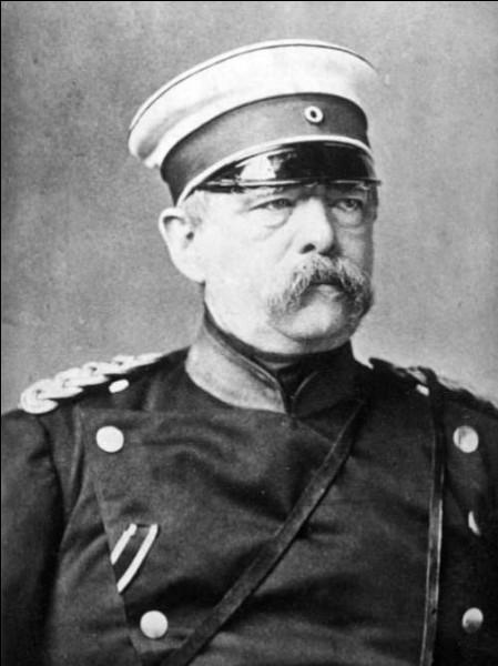 Pourquoi Otto von Bismarck a-t-il mis en place des lois sociales assurant indemnisations, pensions de retraites etc. à son peuple en 1878 ?