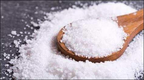 """Le 6 avril 1930 en Inde, Mohandas Gandhi et ses partisans sont arrivés au but de leur marche du sel. Ce condiment fondamental depuis l'Antiquité pour conserver ses aliments à été taxé et même rendu source de revenus de par son importance et sa rareté. Quel mot relatif à l'économie a été créé sur la base du mot """"sel"""" ?"""