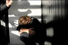 En un mois de confinement, de combien les appels à l'aide de la part de femmes battues sont-ils montés par rapport à la période précédant la quarantaine ?