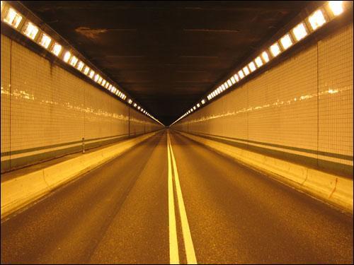 Dans un tunnel éclairé, hors agglomération, je peux allumer :