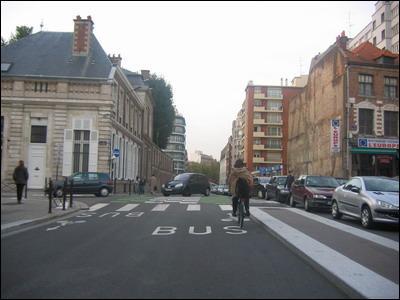En agglomération, pour dépasser un cycliste, je laisse un écart de