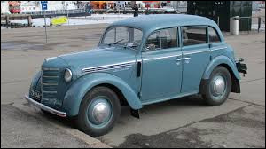 La Moskvitch 401 a été fabriquée avec les outillages de l'Opel Kadett.