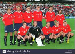 Quelle nation scandinave créa la surprise en battant l'Espagne lors du premier match ?