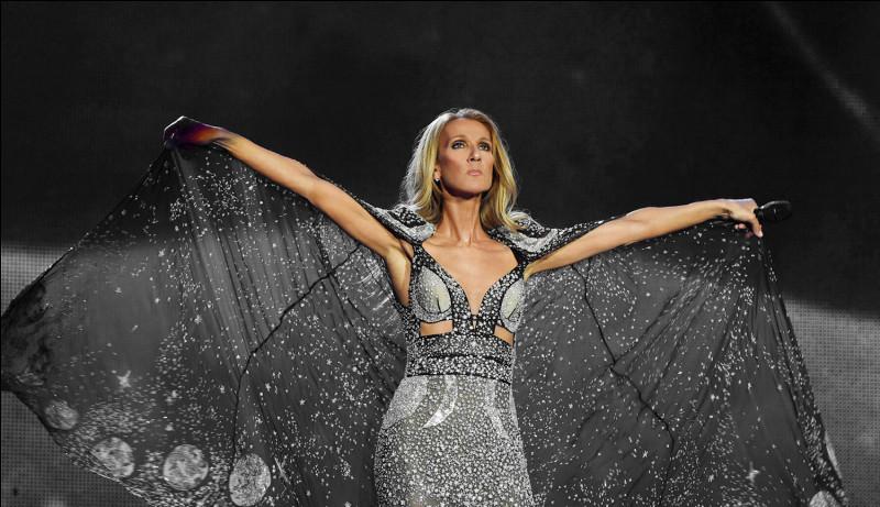 """Retrouvez les paroles manquantes de la chanson """"Elle"""" : « Elle avait .................Les cheveux au vent La ligne d'un cygne Qui dépliait ses ailes Elle avait les accents D'un oiseau chantant Et tous les musiciens Se retournaient sur elle Elle avait tout l'éclat De ce siècle-là Où la valse était reine »."""