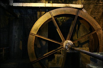Par quoi la roue de la Grande Saline est-elle actionnée ?