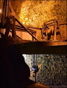 Le forage de la saline descend à 246 mètres de profondeur. Son diamètre moyen est de 20 centimètres. Comment a-t-il été réalisé ?
