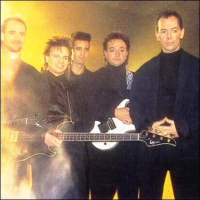 """Quel groupe français a connu le succès en 1985 avec """"Plus près des étoiles"""" ?"""