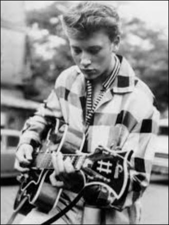 ''Je me sens si seul'', adaptation de ''Heartbreak Hotel'' est le premier enregistrement de Johnny Hallyday. Quel chanteur a donné le même titre à une chanson de son album ''L'Heure d'été'' où figure également ''Toi mon amour'' ?