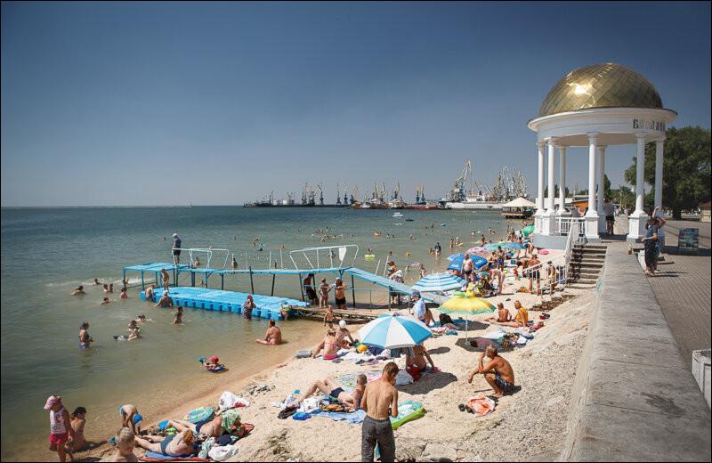 Sur quelle mer donnent les villes d'Ieisk, Berdiansk et Marioupol ?