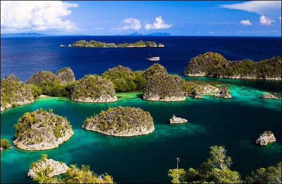 Quelle mer, bordant le sud de l'archipel des Moluques, est située au carrefour de 3 plaques tectoniques majeures ce qui en fait une région sismique très active ?