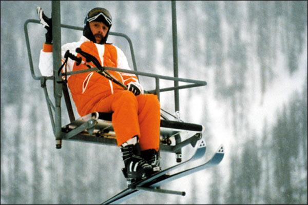 Dans « Les bronzés font du ski », Michel Blanc se retrouve coincé sur un télésiège toute une nuit. Transi de froid, il chantonne un air culte « Quand te reverrai-je pays merveilleux où … :