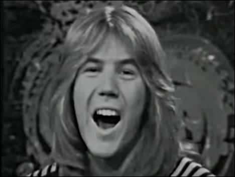"""1972 > C'est encore un Patrick [lequel ?], tout en blondeurs et vocalises, qui nous susurre """"...."""" . Il lancera aussi la carrière d'un autre chanteur, Daniel [son nom ?]"""