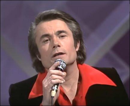 """1975 > Avec un col pelle-à-tarte des plus stendhaliens, Alain [nom ?] pousse la rengaine au lieu de devenir [quel métier ?] : il donne dans le romantisme avec """"...."""" [quel titre ?]"""
