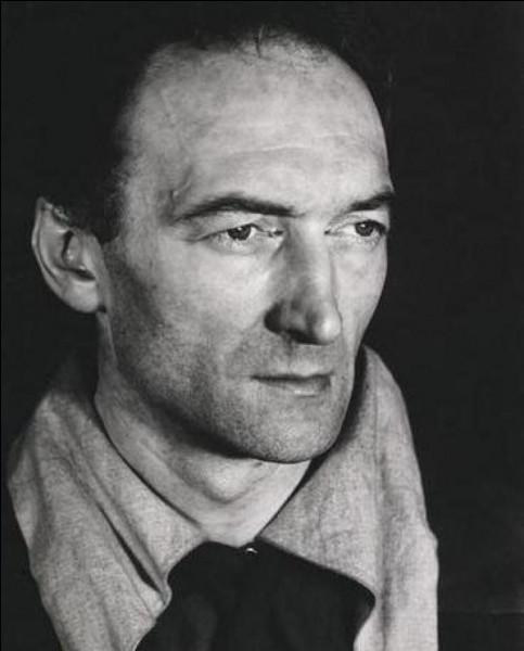 Cet homme de théâtre, metteur en scène, directeur de théâtre est le créateur du Festival d'Avignon en 1947 qu'il dirige jusqu'à sa mort. Il est également le directeur du Théâtre national populaire (TNP) de 1951 à 1963. C'est ... Vilar.