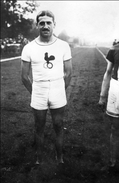 Cet athlète, spécialiste de la course de fond, a été médaillé d'argent aux Jeux olympiques de 1912 sur 5 000 mètres et a également été le détenteur de sept records du monde sur différentes distances et durées. C'est ... Bouin.