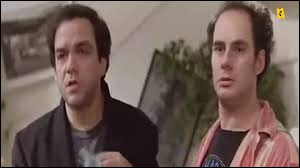 Complétez cette réplique entre le trio et l'huissier : L'huissier : Oui eh ben pas à moi alors je vais vous dire à chaque insulte vous serez gratifié d'une amende de 500 francs.Pascal : Attendez, sinon, il y a le téléviseur làDidier : Et s'il vous plaît, ... c'est combien ?Pascal : C'est un Thomson, il est bien, il est tout neuf.
