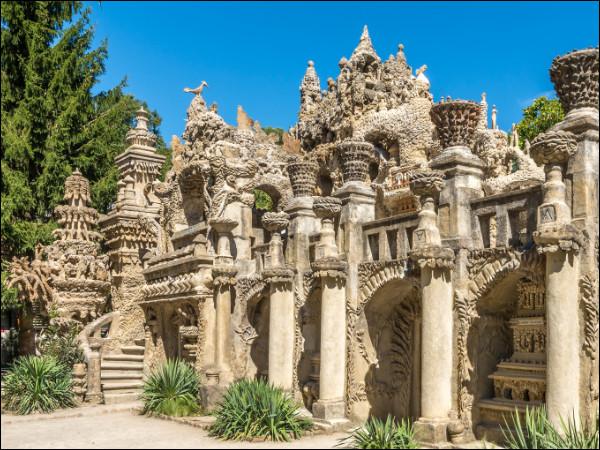 Qui, en trébuchant sur une pierre à la forme singulière, s'en inspira pour bâtir une oeuvre architecturale monumentale ?