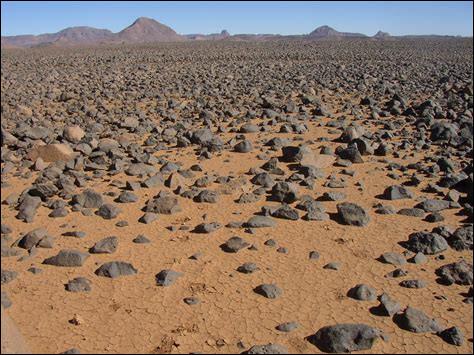 """Quel mot associez-vous à la définition suivante : """"Sol des régions désertiques, formé de cailloux provenant de la désagrégation physique d'un matériaux dont les éléments les plus fins ont été emportés par le vent."""" ?"""