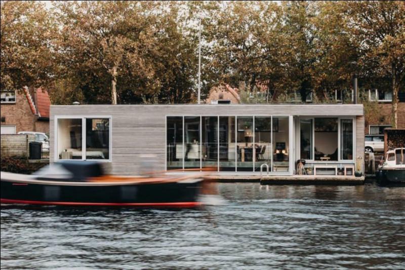 Un houseboat a environ ... chambres.