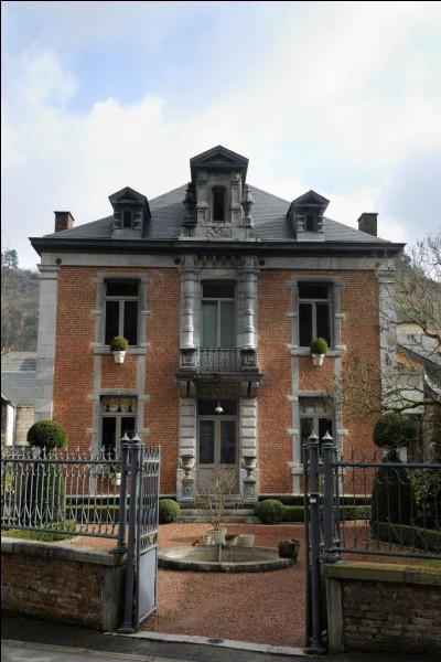Quel est le nom de l'architecte, à la fois d'une maison d'industriel à Bouvignes et du palais de justice à Dinant, à la fin du 19e siècle ?