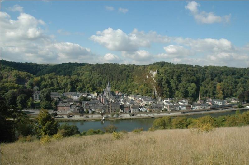 Quel est le nom de la tour qui faisait face au donjon de Crèvecœur, sur la rive droite de la Meuse ?