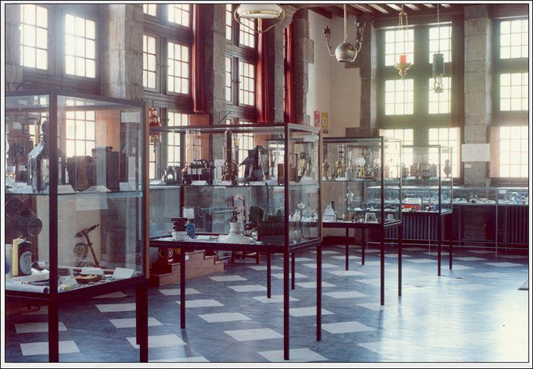 """Quel musée fut abrité dans la """"Maison espagnole"""" avant la Maison du patrimoine médiéval mosan ?"""
