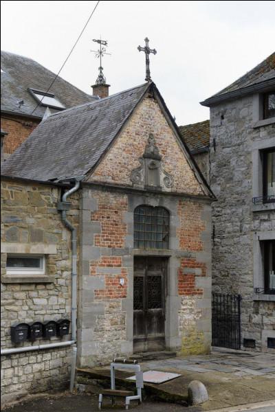 À quelle sainte est dédiée la chapelle située à l'entrée sud de Bouvignes ?