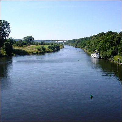 Quel affluent du Rhin donne son nom au plus grand bassin industriel de l'Europe de l'Ouest ?