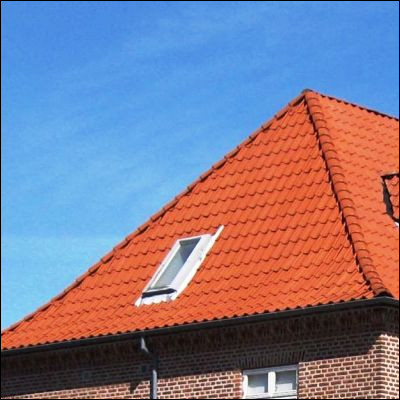 Comment appelle-t-on une fenêtre placée dans une toiture en pente ?