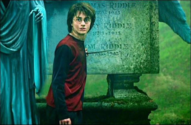 Dans la salle commune des Gryffondor, quand Ron Weasley vient dire à Harry Potter qu'il le croit après la première tâche, de quelle couleur est le livre qu'il tient ?