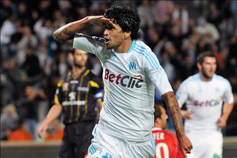 Avant de signer à Marseille en 2009, dans quel club portugais jouait Lucho González ?