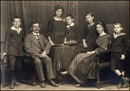 Les actes des ancêtres nés il y a moins de 100 ans sont disponibles sur Internet.