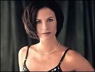 A qui Monica sous-loue-t-elle son appartement ?