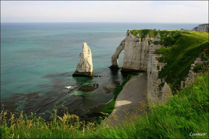 L'aiguille creuse d'Etretat sert de planque à Arsène Lupin. Que renferme le rocher ?