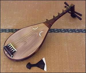 Du fait de sa forme, cet instrument de musique traditionnel japonais a donné son nom à un lac situé au nord de Kyoto. De quel lac s'agit-il ?