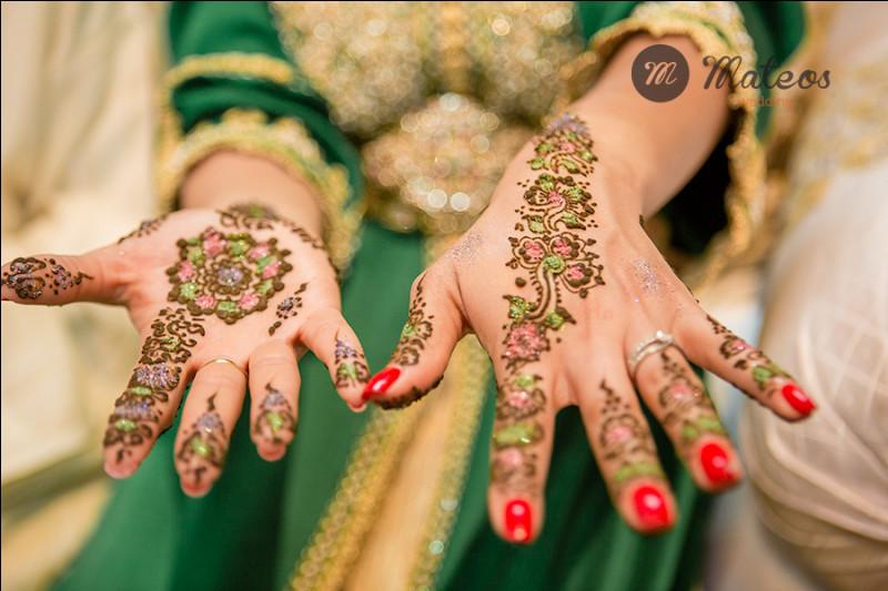 """C'est le moment phare de la cérémonie très importante, qui apportera selon la coutume, la bénédiction dite """"baraka"""" à l'union des époux, une poudre mélangée avec du lait ou de l'eau à la fleur d'oranger, qui forme une pâte posée sur un plateau entourée de 2 bougies, va servir à décorer les mains de la mariée :"""