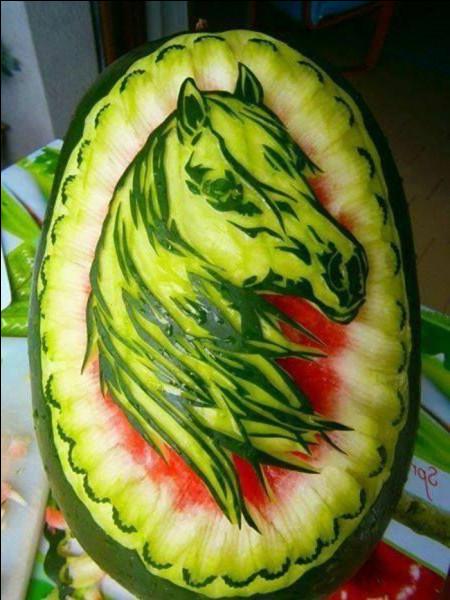 Le cheval peut manger de la pastèque mais il ne faut pas lui donner la peau.