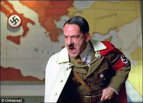 Que fait Hitler à chaque fois qu'un américain meurt dans ce même film ?
