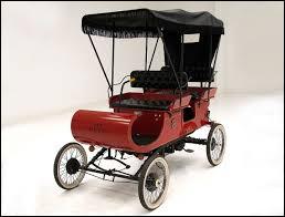 """En quelle année fut construite, l'Oldsmobile """"curved Dash"""" (c'est-à-dire au tablier incurvé) qui fut la première voiture de série, construite dans le monde ?"""