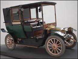 De quelle marque est cette voiture, créée en 1910 pour servir de taxi ?
