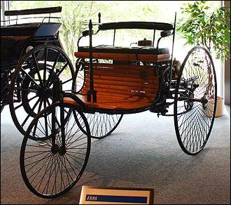 En quelle année apparut la Benz Patent Motorwagen de Carl Benz, premier prototype d'automobile à trois roues et un seul cylindre ?