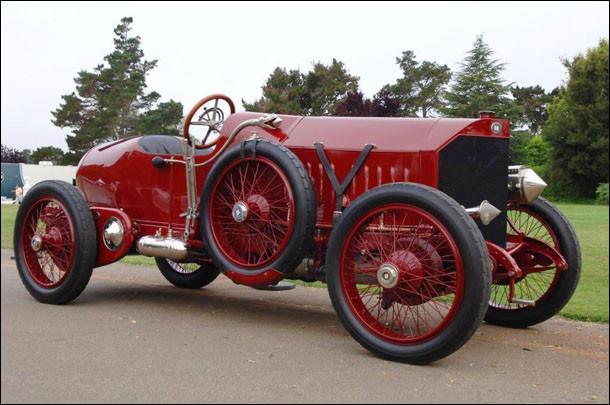 Quelle était la particularité de cette voiture de la marque Isotta-Fraschini, construite en 1910 ?