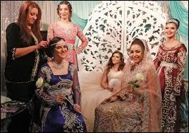 Combien de robes différentes la mariée porte-t-elle à un mariage oriental, afin de respecter les traditions marocaines ?