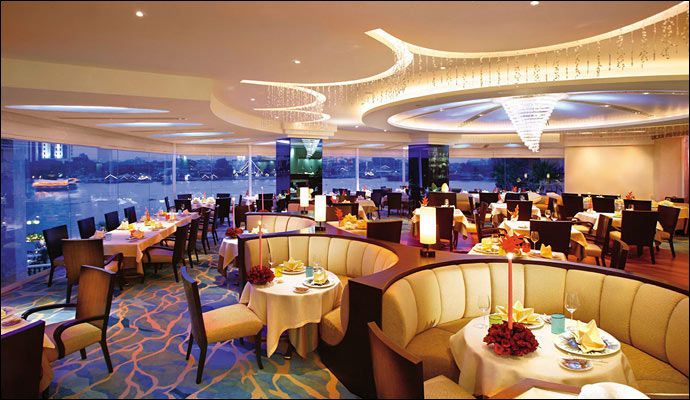 """Cet hôtel de luxe emblématique, nommé """"Mandarin Oriental"""", situé sur les bords du fleuve Chao Phraya, appartient au """"royaume de Siam"""" ! Dans quelle ville fascinante ?"""