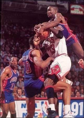 """En 1989, quel ancien joueur des Pistons de Detroit (surnommé 'Zeke') a mis au point avec ses coéquipiers, une tactique spéciale anti-Jordan, la """"Jordan Rules"""" ?"""
