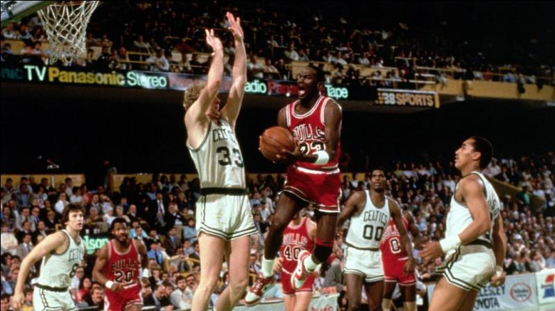 """Quelle ancienne légende du basketball, a dit (en parlant de Michael Jordan) que c'était """"juste Dieu déguisé en Michael Jordan"""" ?"""