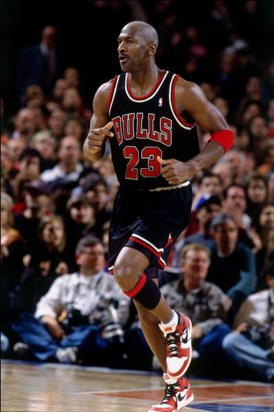 Pour l'un de ses derniers matchs en 1998, contre quelle équipe MJ ressort-il sa première paire de Air Jordan et finit-il le match avec 42 points et des pieds ensanglantés ?