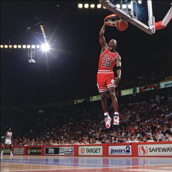 Dans quel autre sport, MJ a-t-il joué en professionnel durant sa retraite sportive ?