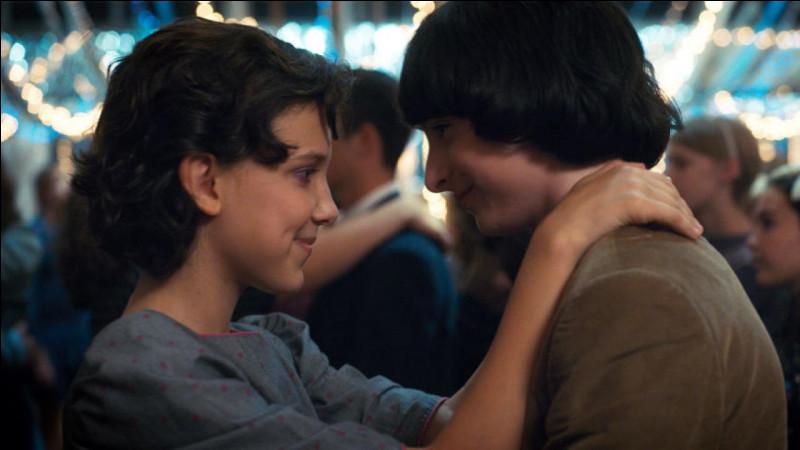 Sur quelle chanson Mike et Eleven dansent-ils au bal de l'école ?