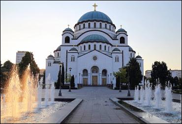 Après être remonté dans le train, vous faites une nouvelle escale à Belgrade pour visiter les monuments. Vous tombez alors sur l'église Saint-Sava. Quelle religion est pratiquée par les fidèles qui participent aux cérémonies dans cette église ?